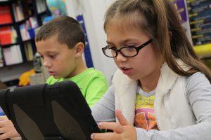 Børn bruger iPad